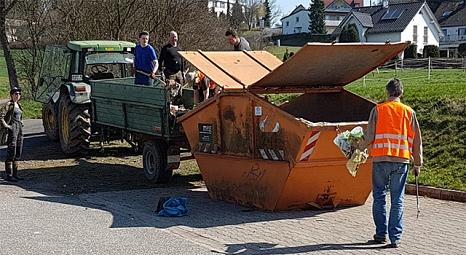 Die eigens vom DBM zur Verfügung gestellte Mulde füllte sich in Elnhausen schnell.©@privat