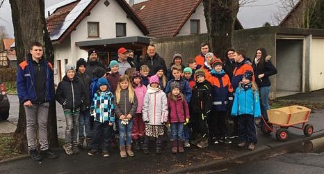 In Michelbach zogen viele Kinder los, die sich den Mülltransport mit einem Bollerwagen erleichterten.©@privat