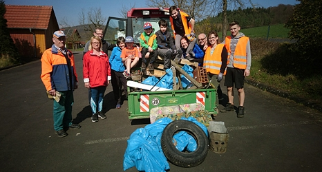 Die Freiwilligen in Ronhausen hatten allen Grund, einen Traktor zur Unterstützung zu nehmen, denn sie fanden reichlich Müll.©privat