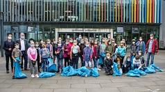 Zwei Schulklassen des Gymnasiums Philippinum kamen mit vielen blauen Säcken zurück. Bürgermeister Wieland Stötzel (2.v.l.), Schulleiter Michael Breinig (l.) und DBM-Betriebsleiter Joachim Brunnet (Mitte hinten) bedankten sich bei den Kindern und Lehrkräft