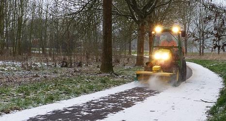 Auf Geh- und Radwegen kommen schmale umgerüstete Kommunlaschlepper zum Einsatz, um die Verkehrssicherheit zu gewährleisten.©DBM, Sonja Stender