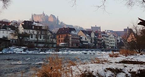 """Das Foto zeigt """"Am Grün"""" und das Landgrafen-Schloß von der winterlichen Lahn aus.©DBM, Sonja Stender"""