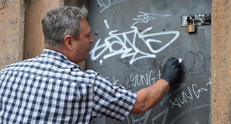Ralf Schmidt, Leiter des DBM-Servicehofs, zeigt, wie Graffitis mit verschiedenen Flüssigleiten und Pasten entfernt werden können.©Stadt Marburg, Patricia Grähling