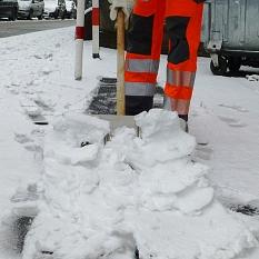 Auf schmalen Gehwegen wie in Barfüßertor helfen mototrisierte Räumfahrzeuge nicht weiter. Hier müssen die Beschäftigten des DBM mit dem Schneeschieber ran.©DBM, Sonja Stender
