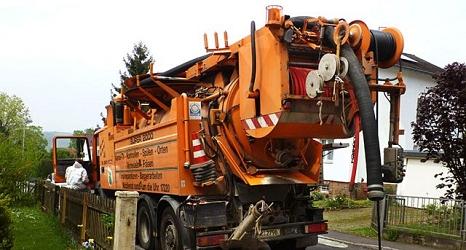 Das Foto zeigt einen Spülwagen des DBM im Einsatz.©DBM, Stender