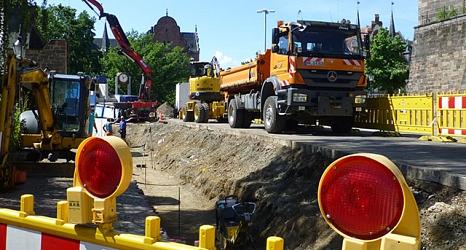 Das Foto zeigt Kräne, Bagger und LKW auf der Baustelle am rudolphsplatz.©DBM, Sonja Stender