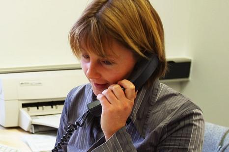 Das Foto zeigt eine Mitarbeiterin des DBM am Telefon.©DBM - Sonja Stender