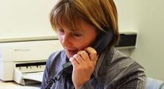 Das Foto zeigt eine Mitarbeiterin des DBM am Telefon.