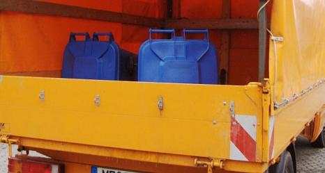 Das Foto zeigt einen Klein-Lkw des DBM mit zwei Altpapiertonnen auf der Ladefläche.©DBM, Sonja Stender