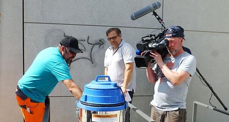 Redakteur Christof Dörr interessierte sich für die Funktionsweise des Strahlgerätes, das komplett sauber mit Unterdruck arbeitet.©DBM, Sonja Stender