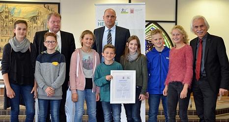 2 Andreas Koch (2. v. l.) hat die Urkunde des Hessischen Umweltministeriums an die Elisabethschule übergeben. Schulleiter Tobias Meinel (r.) nahm die Auszeichnung mit weiteren Lehrkräften stellvertretend für die Kinder und Jugendlichen entgegen.©Stadt Marburg, Philipp Höhn